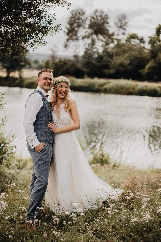 Lachendes Brautpaar beim Shooting