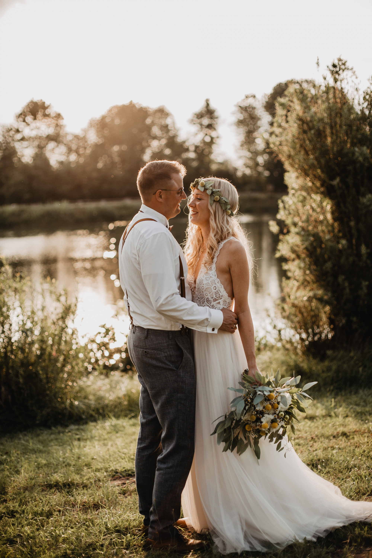 Brautpaarshooting am See zur goldenen Stunde