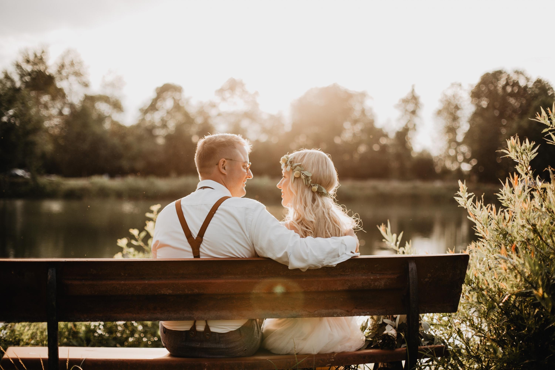 Brautpaarshooting im Gegenlicht am See