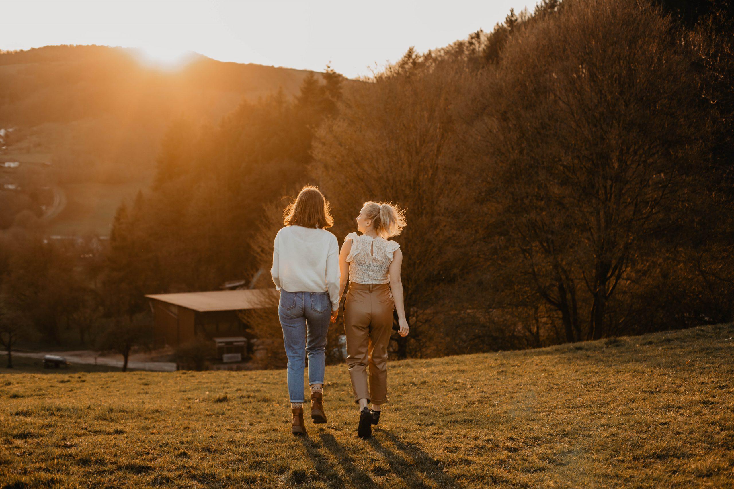 Mädchen laufen in den Sonnenuntergang