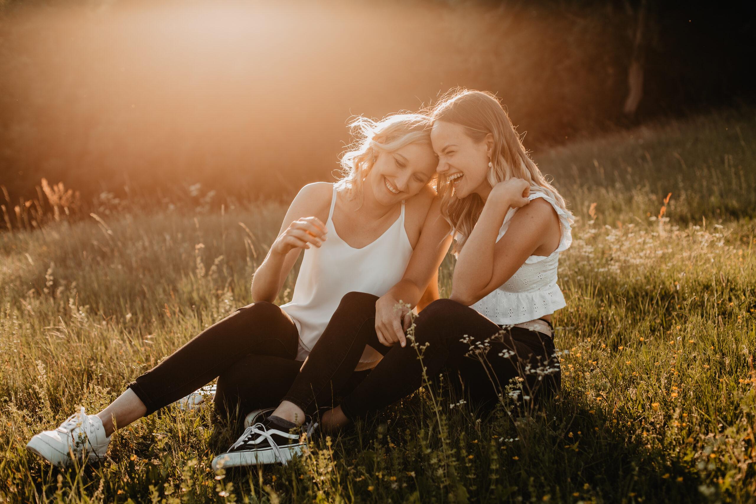 Geschwistershooting in schönem Gegenlicht